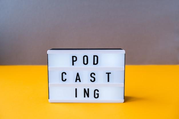 Lightbox con podcast di testo in stile isometrico minimalista. colori alla moda. grigio e giallo. nuove tecnologie. millenario. blogger, podcaster. iscrizione di podcast. audiolibri.