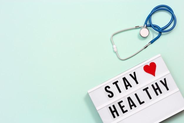 Lightbox con parole stay healthy e stetoscopio blu