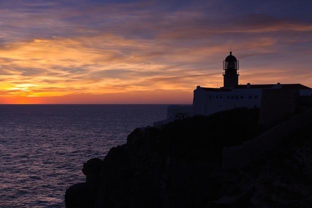 Faro di cabo sao vicente, sagres, portogallo al tramonto - farol do cabo sao vicente (costruito nell'ottobre 1851)