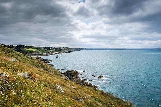 Il faro e il paesaggio costiero a pleneuf val andre, bretagna, francia
