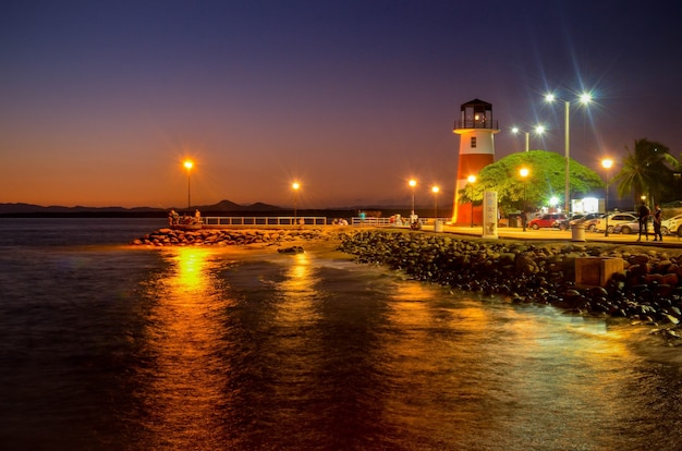 Faro e dock con alcune rocce a puntarenas costa rica