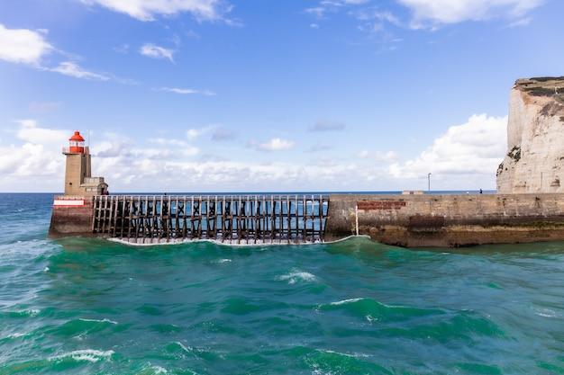 Faro e guida all'ingresso del porto di fecamp, normandia