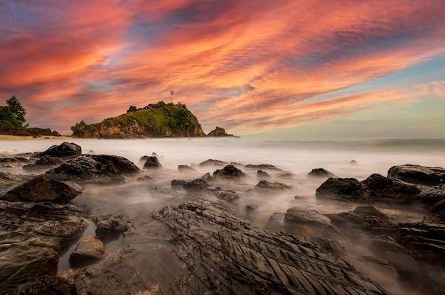 Faro dell'isola di lanta a krabi, thailandia