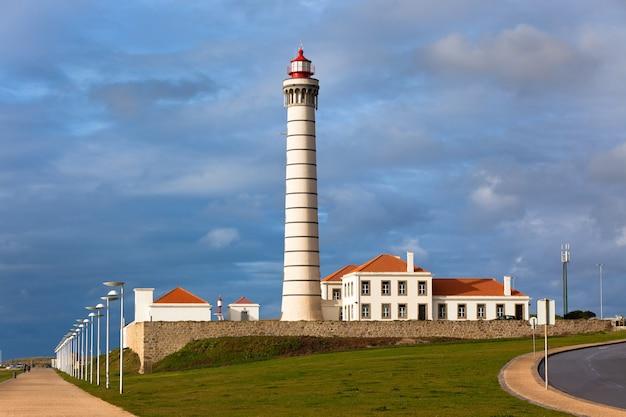 Faro leca, matosinhos, distretto di porto, portogallo - farol de leca o farol da boa nova (costruito nel 1926)