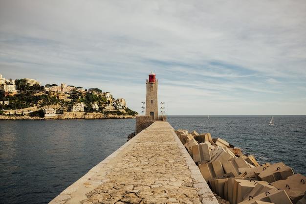 Faro all'entrata del porto di nizza, francia.