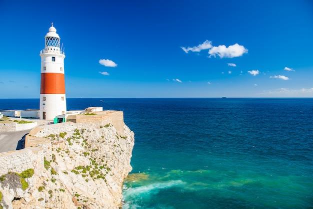 Faro in riva al mare come navigatore per navi