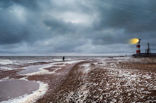 Faro sulla riva del mar bianco impetuoso sulla penisola di kola.