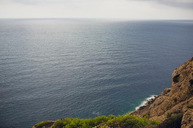 Faro e punto di vista cap de formentor. attrazione turistica. costa dell'isola di maiorca la sera. montagna. isole baleari paesaggio in inverno. grande scenario. bella vista.