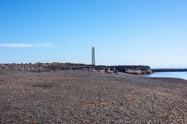 Faro sulla costa occidentale dell'islanda a tempo soleggiato. inquadratura orizzontale