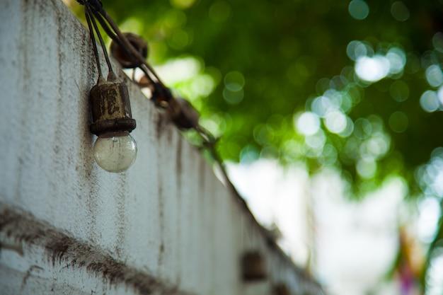 Illuminazione lungo la recinzione.