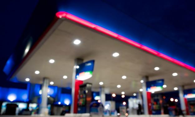 Illuminazione offuscata nella stazione di benzina di notte
