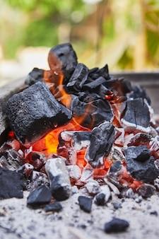 Accendere i carboni nella griglia del barbecue. festa barbecue