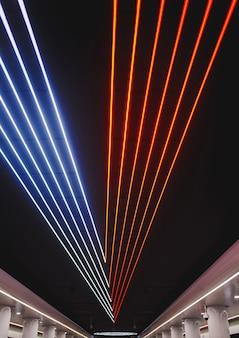 Progettazione illuminotecnica della metropolitana o dell'aeroporto. evidenziazione astratta. neon sul soffitto