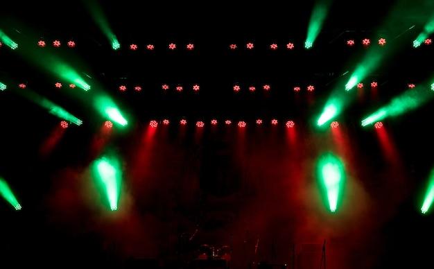 Apparecchiature di illuminazione sulla scena.