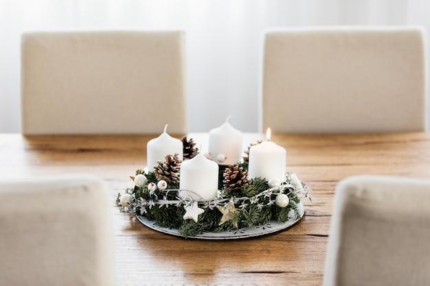 Accendere la prima candela sulla corona dell'avvento quattro settimane prima del natale tradizione svizzera