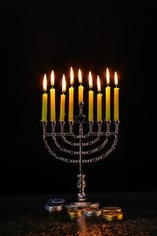 Illuminazione candele di hanukkah celebrazione di hanukkah ebraismo menorah tradizione