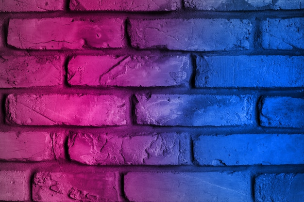 Illuminazione al neon effetto rosso e blu sul muro di mattoni per lo sfondo