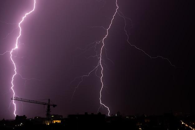 Fulmine sulla città in cielo di notte.