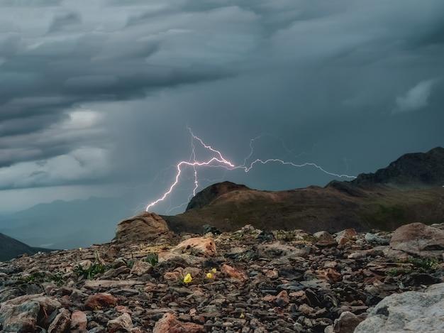 Un fulmine in montagna. il fulmine diurno colpisce le montagne.