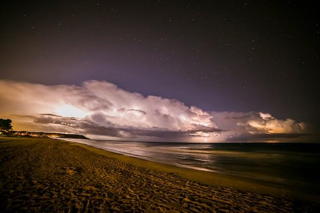 Fulmine nella spiaggia di platja llarga, tarragona, spagna