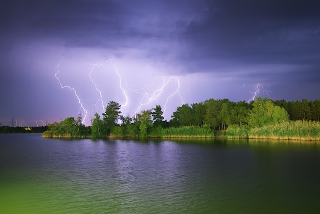 Fulmini sul fiume