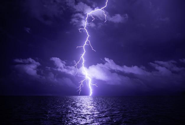 Fulmine sul mare con nuvole durante il temporale