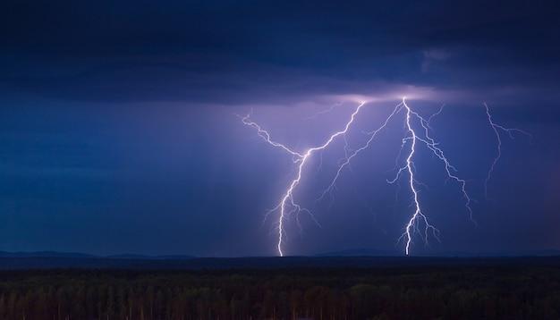 Tempesta di fulmini di notte