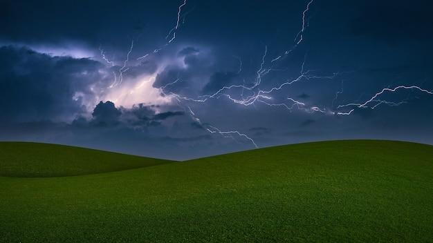 Tempesta di fulmini.tempesta con fulmini in un prato verde.