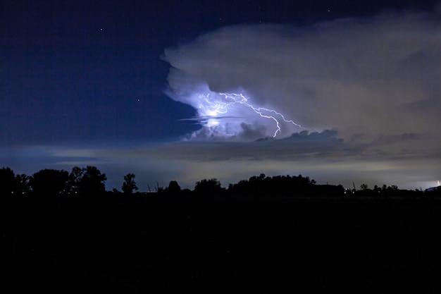 Notte tempestosa di fulmini in campagna senza altre luci