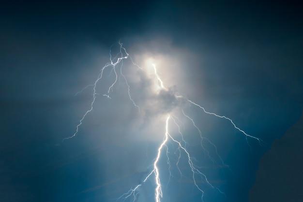 Lampi e tuoni arditi colpiscono durante la tempesta estiva