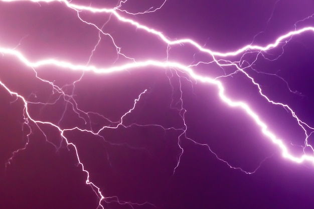 Lampi e fulmini colpiscono durante la tempesta estiva