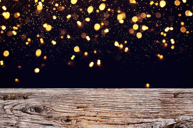 Le luci brillano tra alberi vintage e sfondo nero.