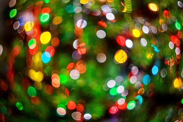 Luci sfocate sullo sfondo del bokeh dalla festa della notte di natale per il tuo design vintage o retro color ef...