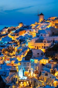 Luci del villaggio di oia di notte, santorini, grecia.