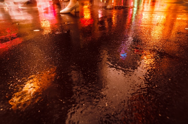 Luci e ombre di new york city. immagine soft focus delle strade di new york dopo la pioggia con riflessi sull'asfalto bagnato