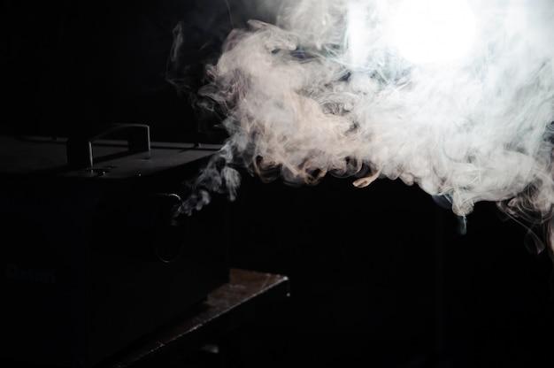 Luci in fumo, luci da studio che brillano attraverso il fumo