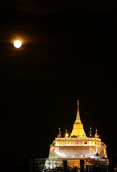Lightup phu khao thong stupa di wat saket tempio nella notte di luna piena bangkok thailandia