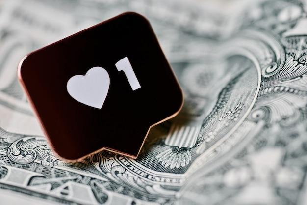 Come il simbolo del cuore sul dollaro. pulsante come segno, simbolo con cuore e una cifra. acquista follower per il marketing sui social media. concetto di prezzo economico.