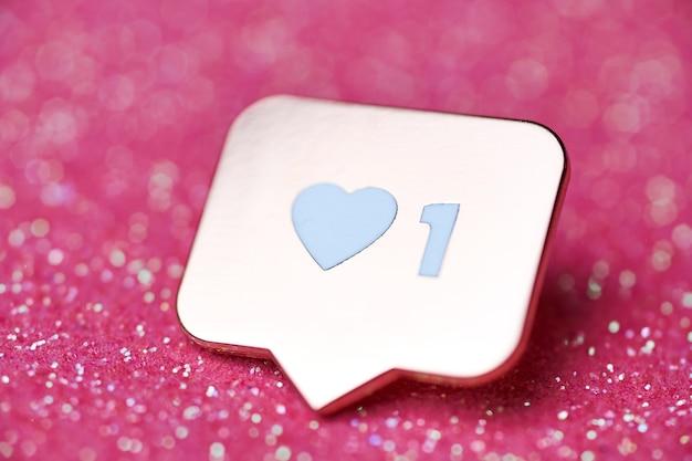 Come il simbolo del cuore. pulsante come segno, simbolo con cuore e una cifra. marketing di rete sui social media. sfondo di scintille glitter rosa.