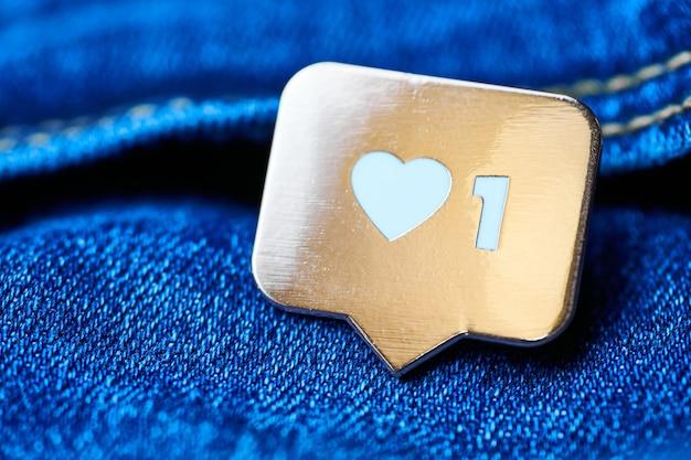 Come il simbolo del cuore. pulsante come segno, simbolo con cuore e una cifra. marketing di rete sui social media