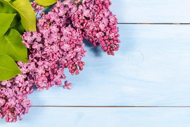 Bouquet lilla su uno sfondo di legno.
