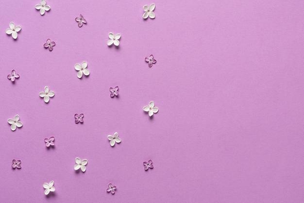 Confine di fiori lilla sulla porpora