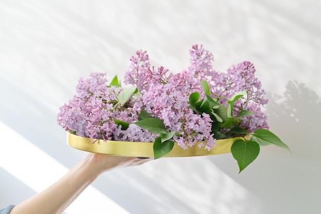Fiori lilla a forma di bouquet sul vassoio dorato rotondo
