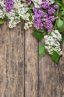 Fiori lilla su superficie rustica