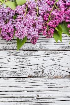 Fiori lilla su rustico