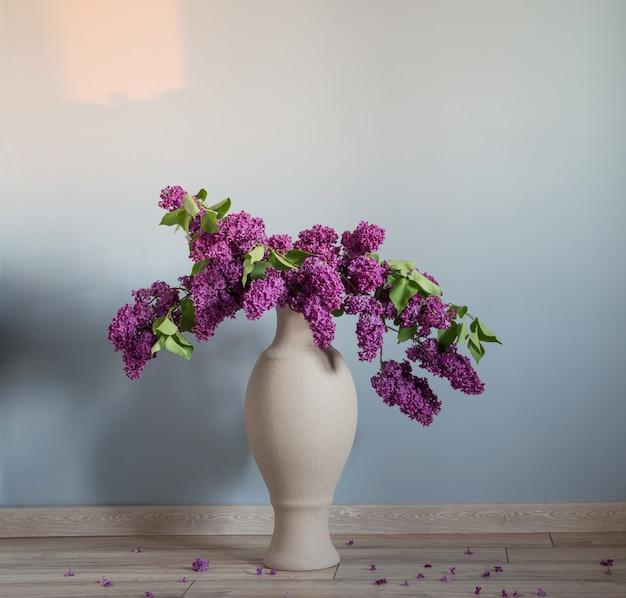 Fiori lilla in vaso su pavimento in legno