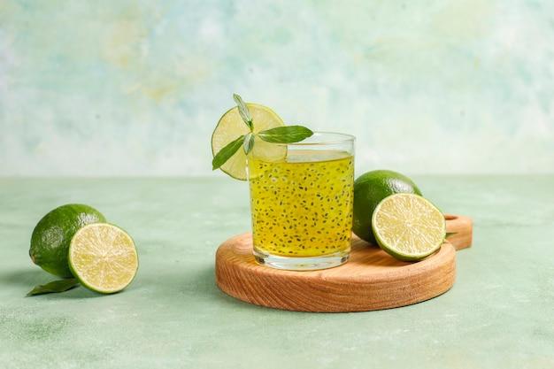 Bevanda ai semi di basilico e lime.