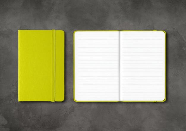 Mockup di quaderni a righe aperto e chiuso verde lime isolato su cemento scuro