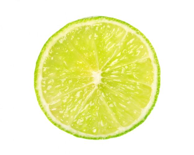 Calce isolata su spazio bianco. fetta rotonda di lime succosa e fresca. con tracciato di ritaglio. vista dall'alto