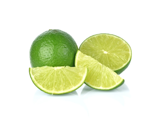 Lime (limone) isolato sulla parete bianca